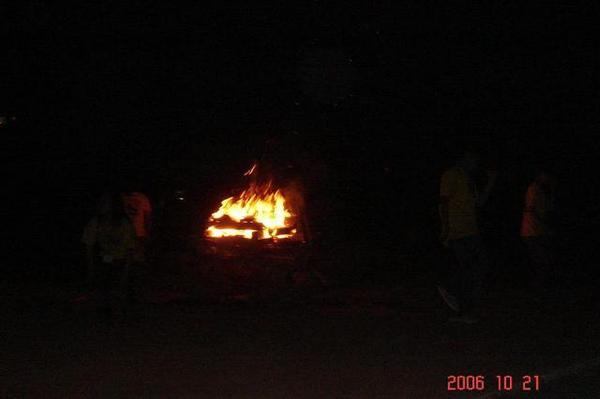 營火舞有夠熱的