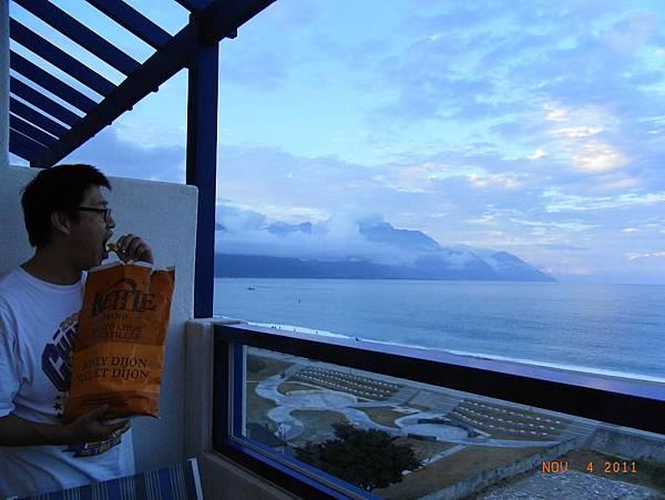 吃洋芋片配海景