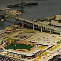 從空中鳥瞰球場, 後方是跨海大橋