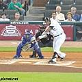 太空人隊左外野手 Carlos Lee 揮棒擊球的瞬間