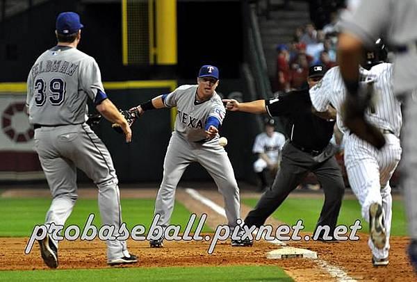 Justin Smoak fielding.jpg