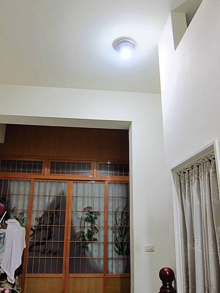 樓梯口 9W 球泡燈