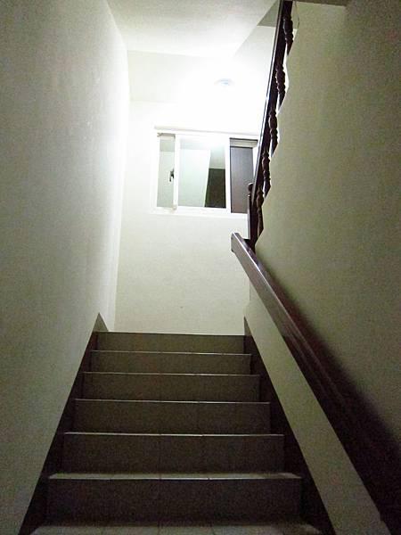 樓梯轉角9W 球泡燈