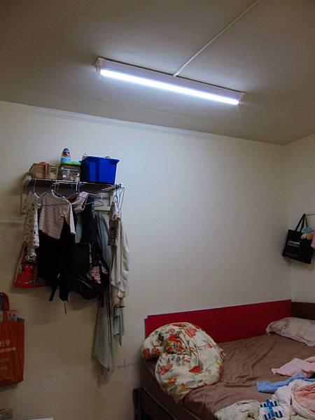 臥室 山型燈雙管 + 燈管一黃一白