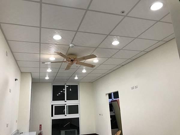 黃光 LED 崁燈