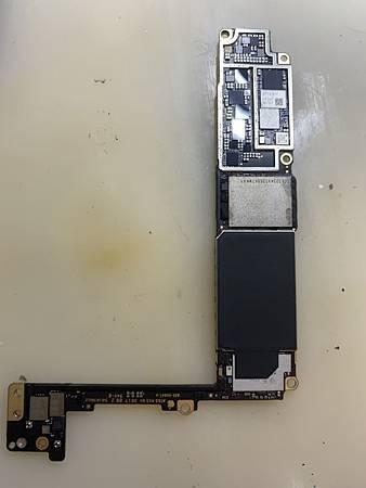 iphone 8 plus 主機板背面.jpg