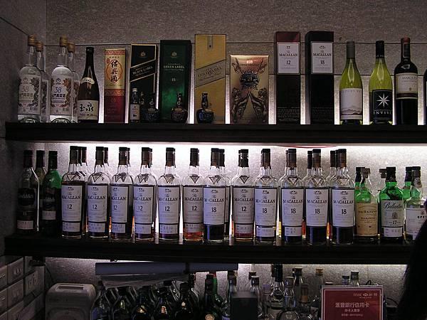 大鵬灣食堂 -- 櫃檯酒架