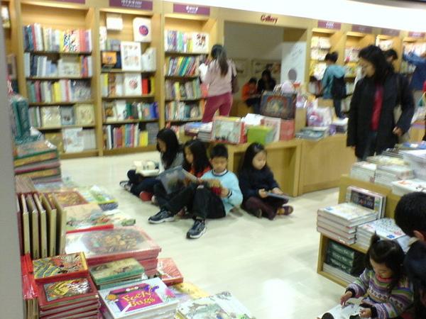 到處都是小朋友坐著看書