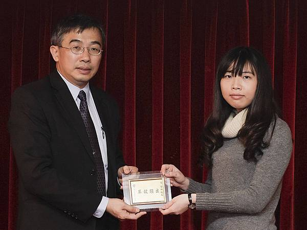 103初等考教育行政正004-王莉芬(頒獎照)(中儒)