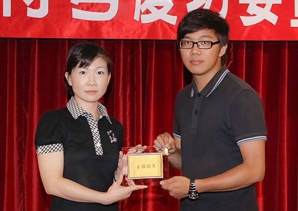 100司法四等監所員正145-張丞哲(頒獎照)(中儒).jpg