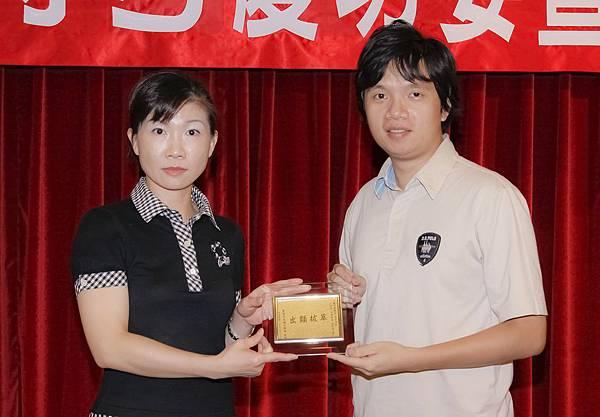100司法四等監所員正192-嚴俊傑(頒獎照)(中儒).jpg