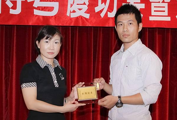 100司法四等法警增007-陳靖閎(頒獎照)(中儒).jpg