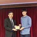 102高考專技律師(正取)551-李牧宸(頒獎照)(中儒).jpg