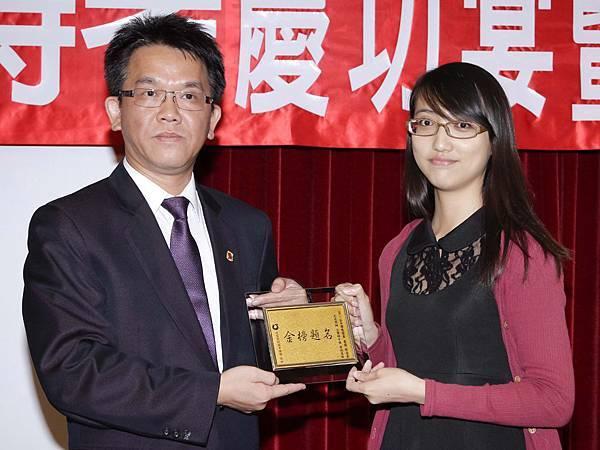 102司法四等監所員(女)正009-李冠瑩(頒獎照)(中儒).jpg