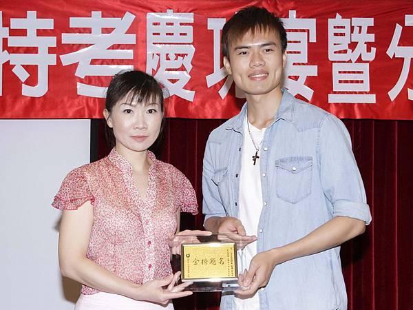 102司法四等監所員(男)正085-黃韋誠(頒獎照)(中儒).jpg