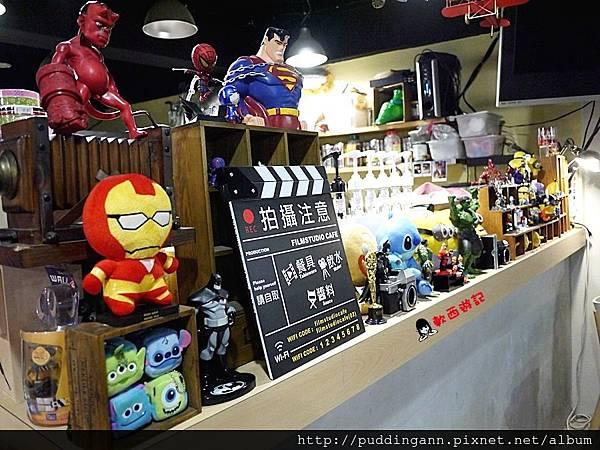 [食記]台北公館 片場咖啡Film Studio Cafe 可愛超級英雄圍繞 小小兵怪獸大學置身拍片現場 不限時有WIFI鹹食鬆餅第一名好咖啡店! *附菜單*