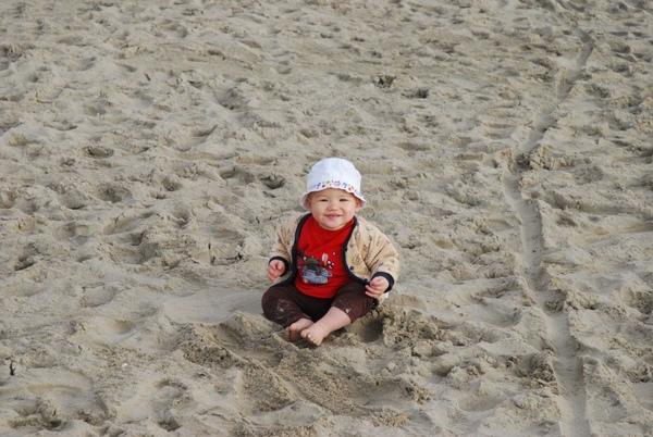 沙中一嬰兒.JPG
