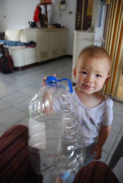 爸爸, 我要喝水~