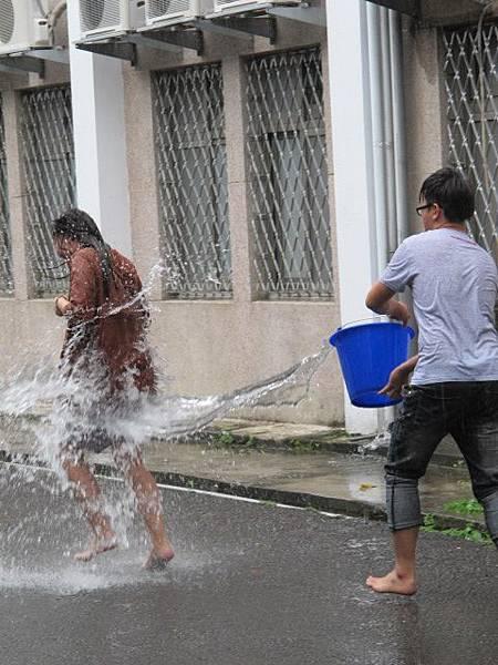 親愛的  雖然那天你比較晚來玩水:))  但還是謝謝你噢...潑你水是你晚來的代價  哈哈