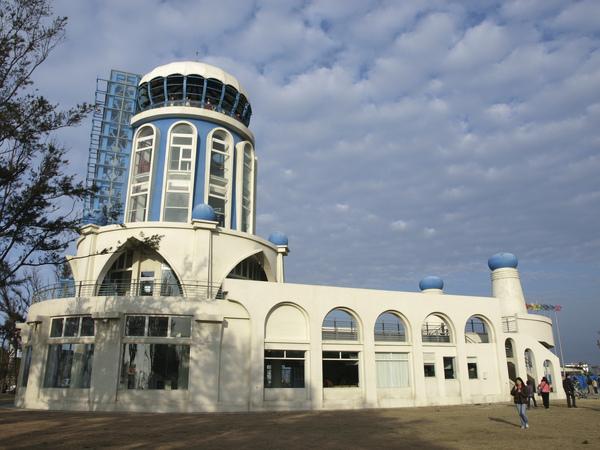 新竹南寮漁港的希臘式風格建築...這一棟是旅遊服務中心