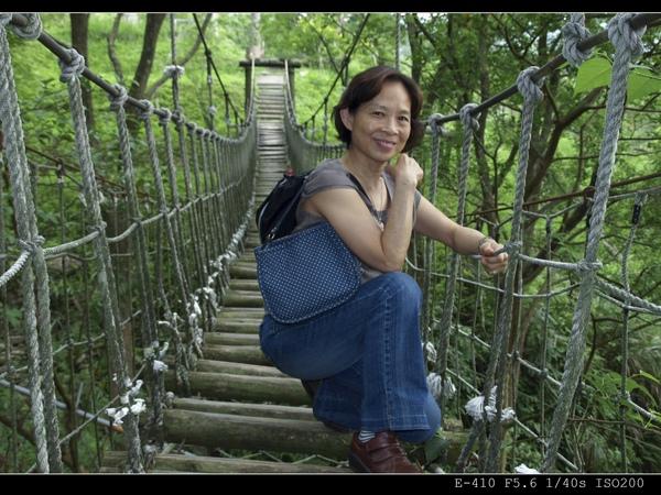 吊橋邊-老媽真是盡職的模特兒