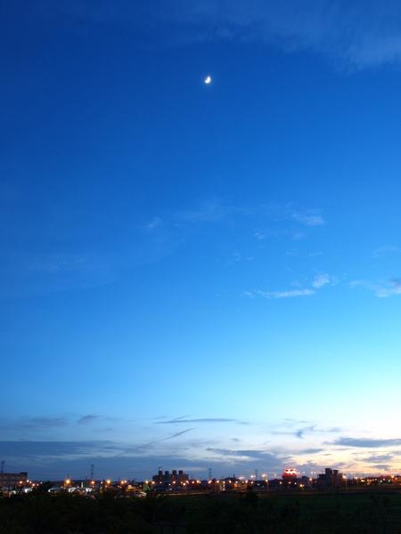夜幕中的月亮