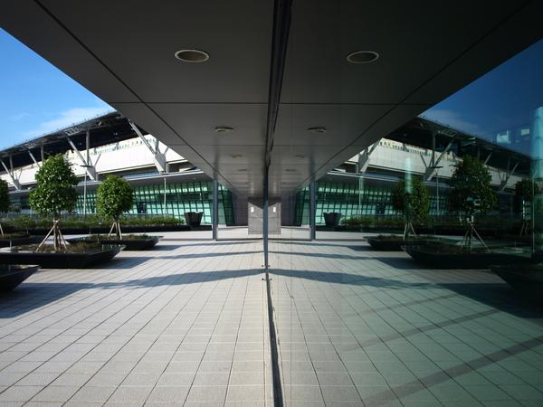 玻璃鏡中的高鐵站