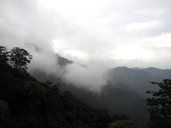 現在的雲就超厚的...還下了點雨(HDR)