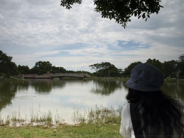據說要照出印在湖面內的天空...太難了吧!