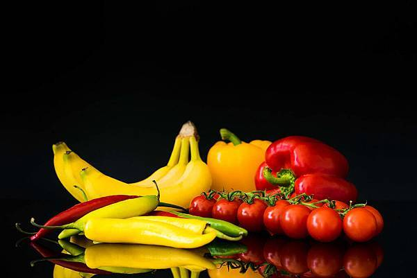 fruits-and-vegetable-still-life-and-black-background_free_stock_photos_picjumbo_DSC08365-2210x1473
