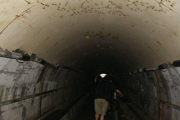 裡面很多人的隧道
