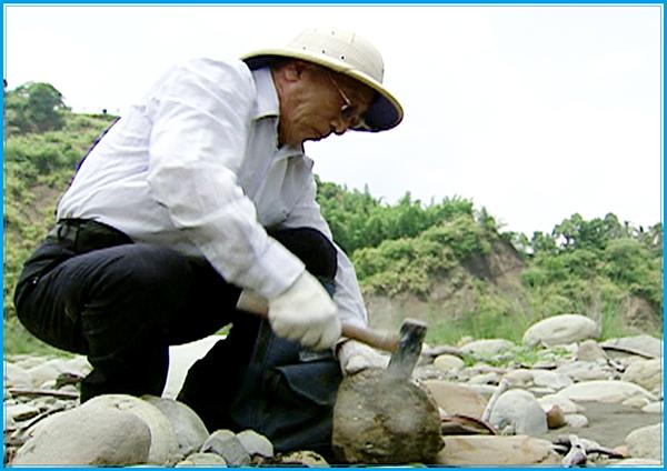正在溪床採集化石的曾先生-客家新聞雜誌94-06-26
