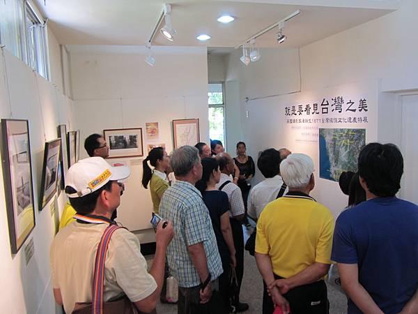 IMG_1779※湯姆生1871台灣線性文化遺產路徑衛星地圖說明,旗美社區大學班代與張正揚主任專注傾聽。
