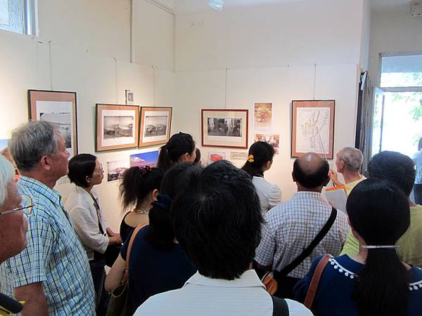 IMG_1781※湯姆生1871台灣線性文化遺產路徑湯姆生繪製地圖說明,旗美社區大學班代與張正揚主任專注傾聽。