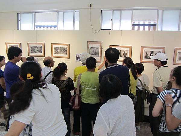 IMG_1789※湯姆生的「木柵獵人」照片呈現火神槍全貌,突破當時攝影機的限制,真是了不起!也只有在台灣使用這一技法。旗美社區大學班代與張正揚主任專注傾聽。