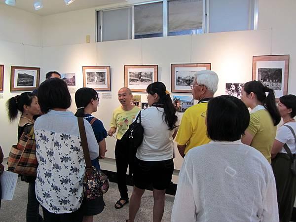IMG_1791※湯姆生的「荖濃的Hong-Kos房屋」照片之對比,旗美社區大學班代與張正揚主任專注傾聽,互動熱絡。