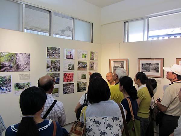 IMG_1790※湯姆生1871台灣線性文化遺產路徑的野菜資源介紹,將來每一聚落的野菜風味餐,就可指定為當季食材,發揮守護環境的功能。旗美社區大學班代與張正揚主任專注傾聽。