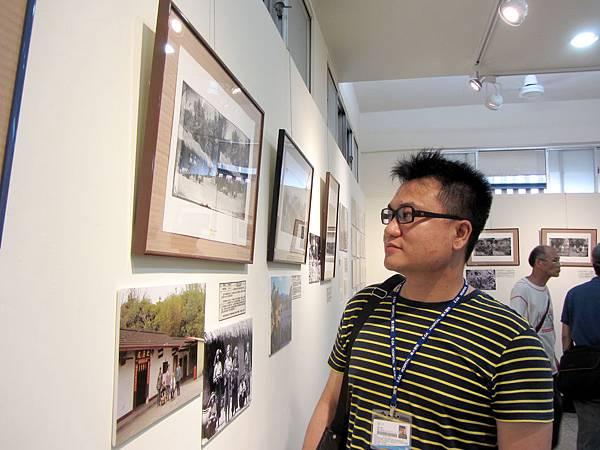 IMG_1857潘志儒正觀看著湯姆生的「荖濃Hong-Kos的房屋」照片104-04-25