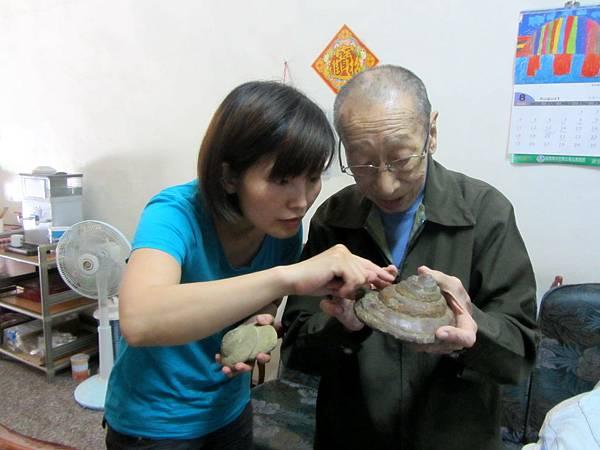 IMG_3746老秘書說明甲仙翁戎螺的特色,學生鍾梅蘭認真辨識102-09-03-1