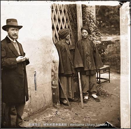 L0056003-湯姆生與中國福建省廈門的兩個滿州士兵-威-1.jpg