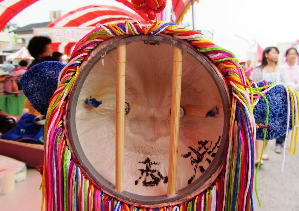 照片4:業志恭的迷你青頭獅後側設計了竹筷把手(2011,游永福攝影).jpg