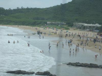 海邊很多人