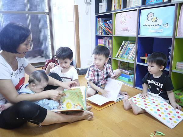 8-1三娃保母楊玉香與四個小孩一起讀故事書