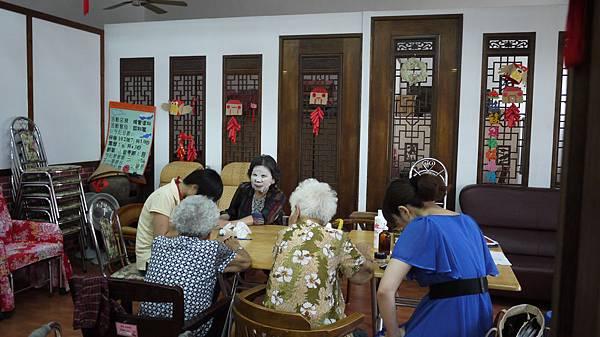 今天上美容課,使用古早天然化妝水,奶奶們正在敷臉