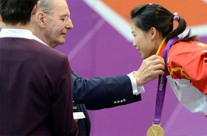 國際奧會主席羅格為易思玲頒發金牌