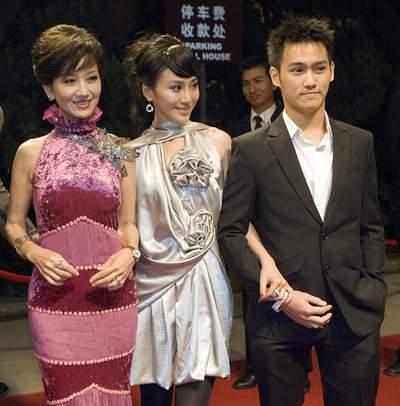趙雅芝與兒子在一起不像母子倒像姐弟.JPG