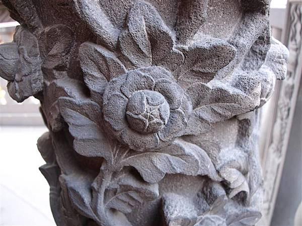 石雕上的花