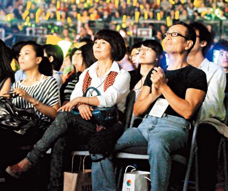 任爸(右)和任媽前晚也赴演唱會觀賞,兩人都稱不知阿中會在現場求婚。.jpg