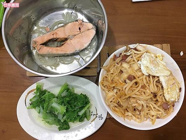 鮭魚炒麵1.JPG