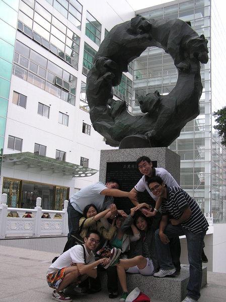 大家學雕像都環扣在一起><